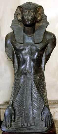 تمثال من الجرانيت الرمادى للملك سنوسرت الثالث بالمتحف المصرى