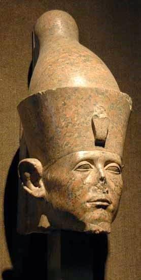 رأس تمثال من الجرانيت الأحمر لسنوسرت الثالث بمتحف الأقصر
